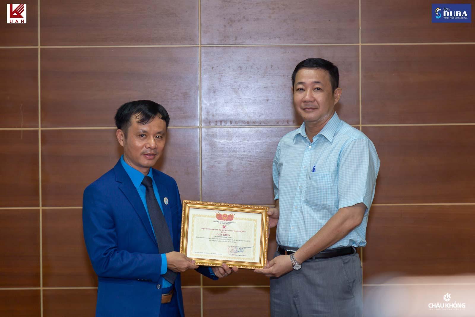 Thầy Ts. Nguyễn Hoàng Minh Vũ – Phó hiệu trưởng trường Đại học Kiến Trúc (phải) Ông Phan Anh Tuấn – Tổng giám đốc Công ty Sơn DURA (trái)