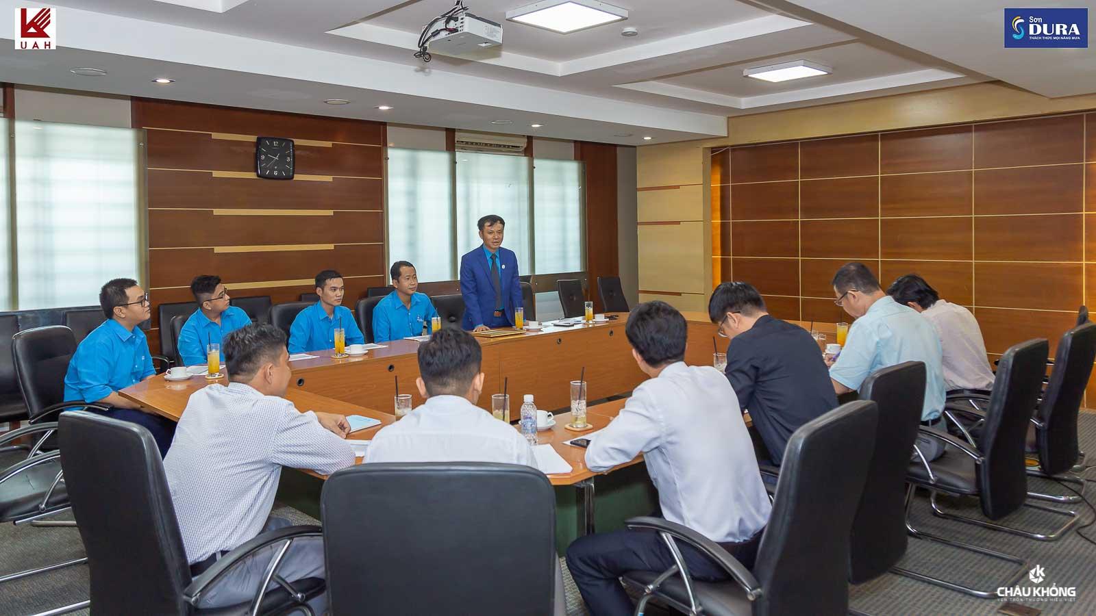 Ông Phan Anh Tuấn – Tổng giám đốc Công ty Sơn DURA phát biểu tại buổi họp